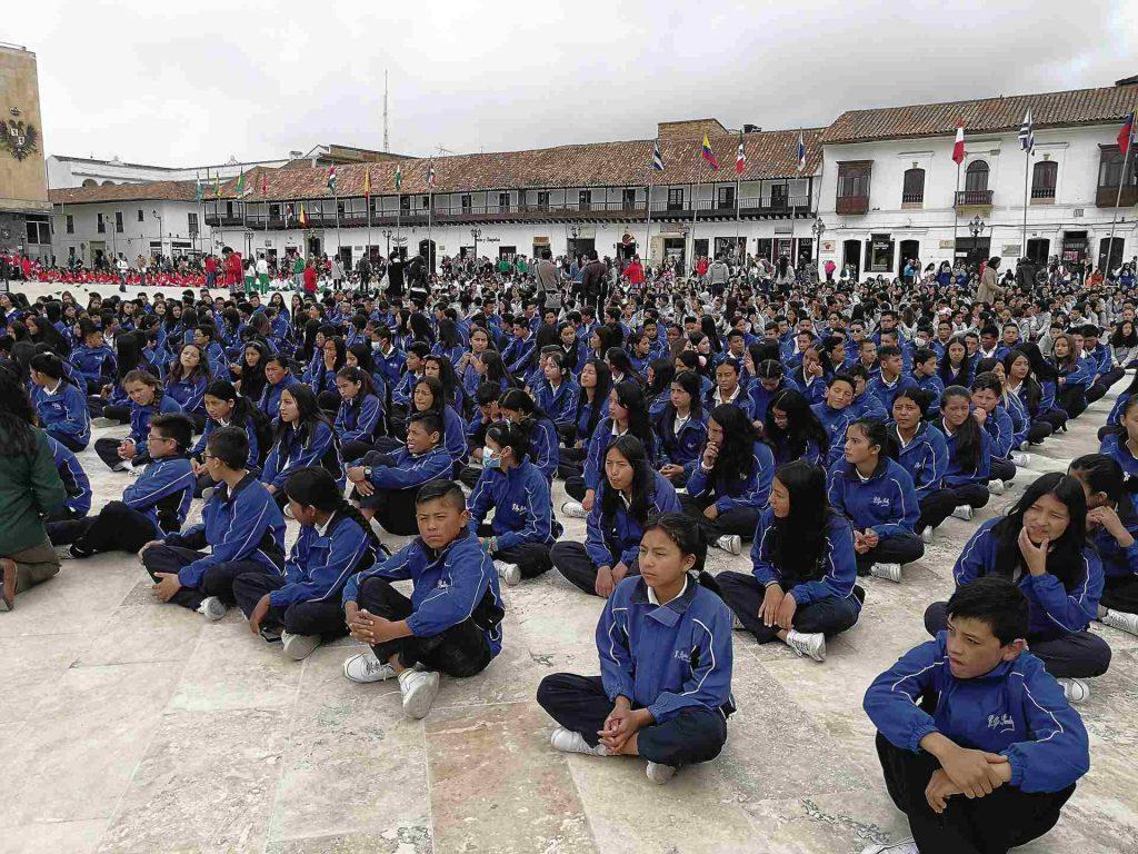 Estudiantes Colegio Tunja sentados en Plaza de Bolívar de Tunja