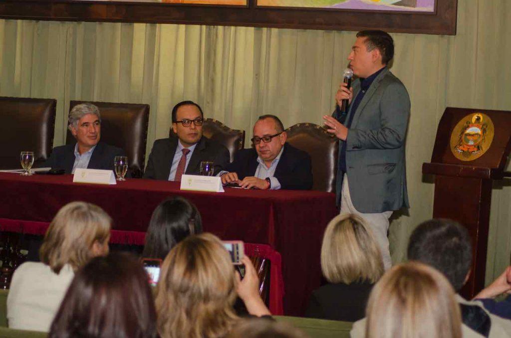 Gobernador Carlos Amaya hablando en Auditorio