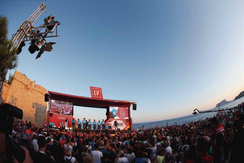 La espectacular vista del mar en Torrevieja durante la presentación de las 22 escuadras que hacen parte de la Vuelta a España.
