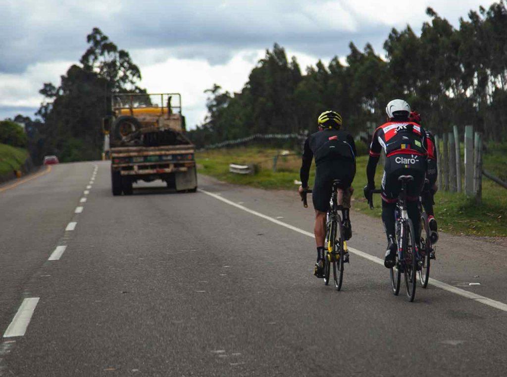 Ciclistas corren peligro en las vias