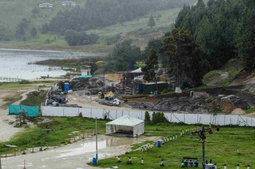 Construcción cerca al Lago de Tota