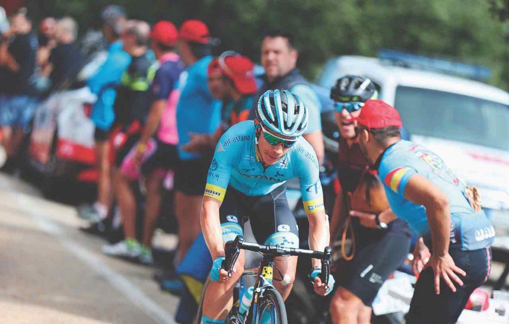Miguel Ángel López recuperó la camiseta blanca que lo acredita como el mejor ciclista joven de la ronda ibérica. Hoy espera seguir ascendiendo.