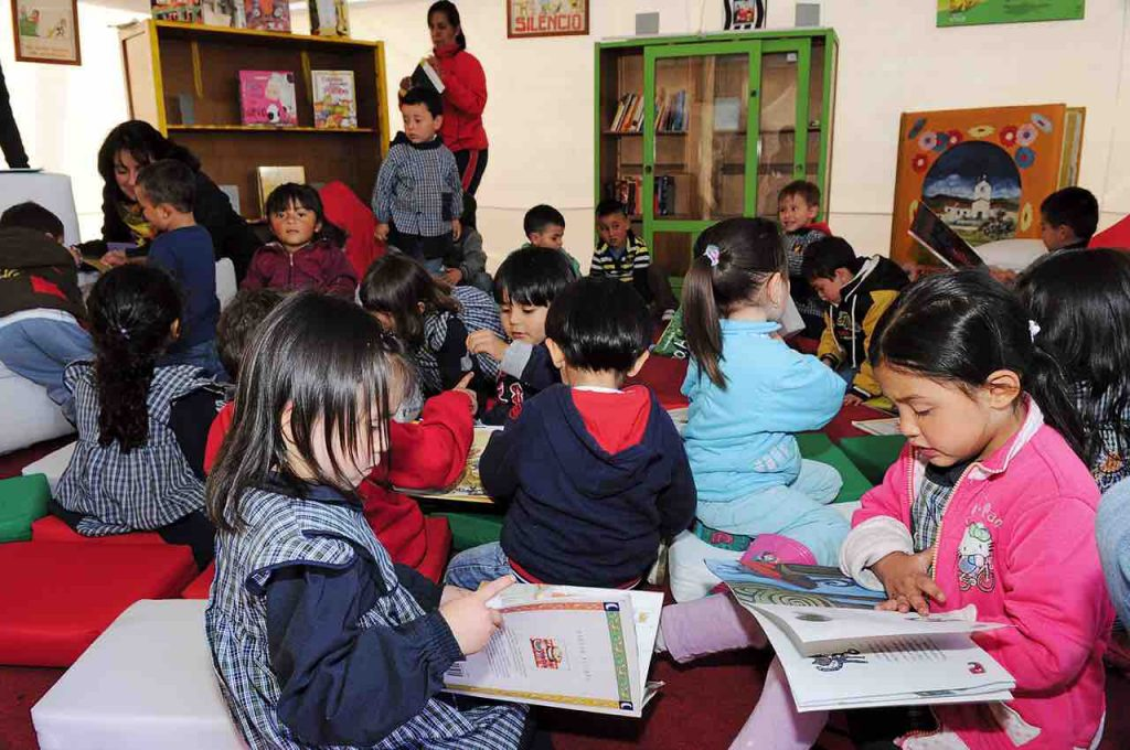 Biblioteca y niños estudiando