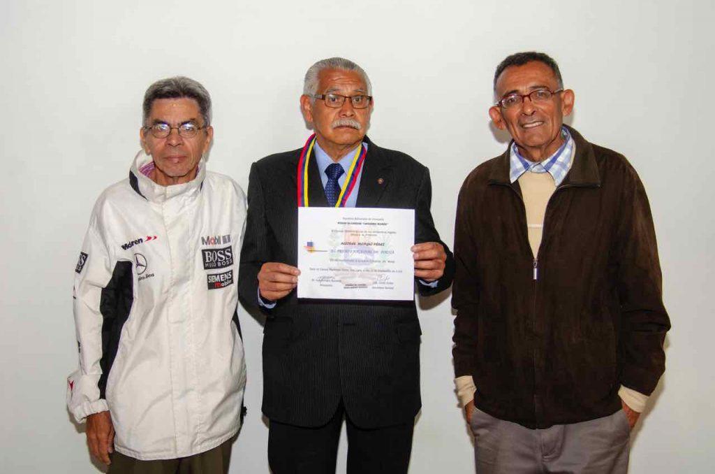 Momento en que el artista recibió el 'Premio Nacional de Poesía Ateneo de Carora Guillermo Morón'.