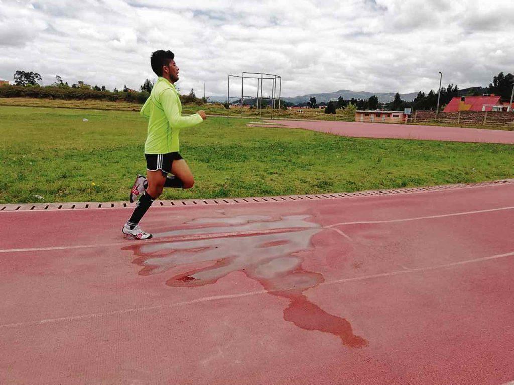 Cada vez que llueve en Paipa la pista atlética se convierte en una piscina y se hace difícil poder entrenar.