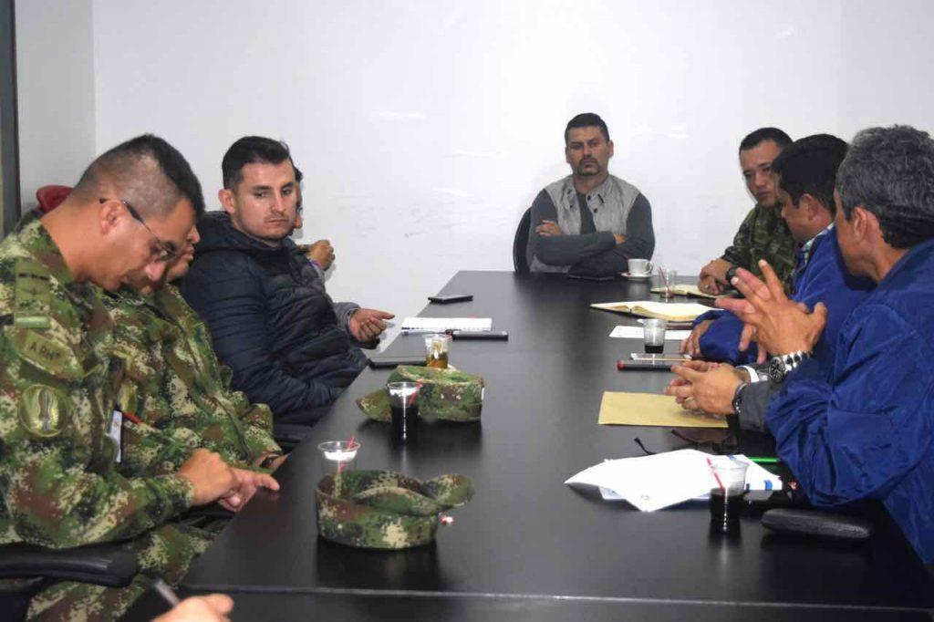 Mesa de trabajo en la Alcaldía de Sogamoso en la que se habló del centro de entrenamiento de pilotos.