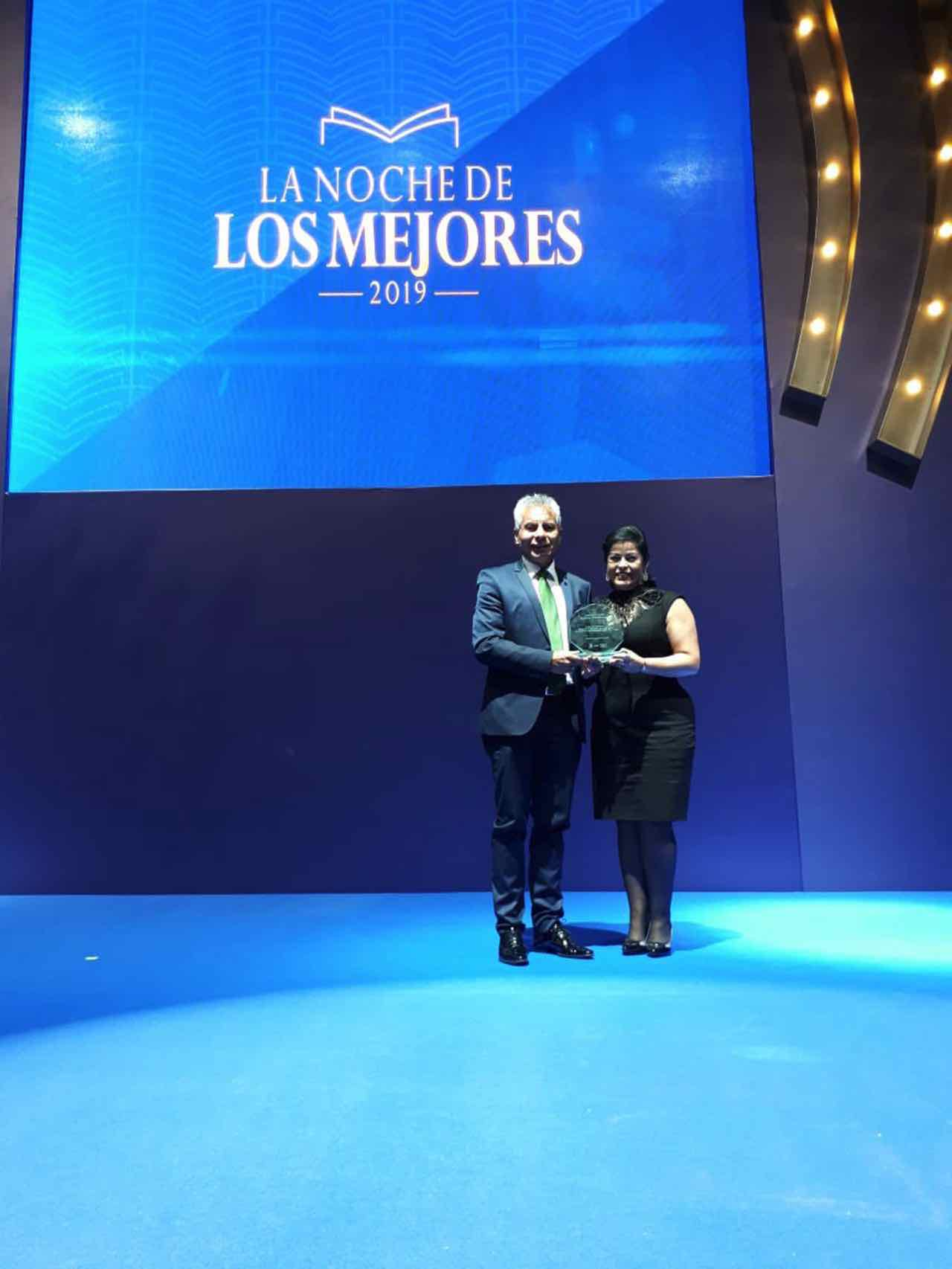 El alcalde Alfonso Silva y la secretaria de Educación del municipio, Marinella Camargo recibieron el premio.