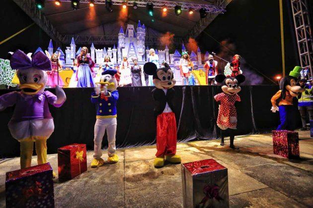 Un show infantil con personajes de las películas de Disney acompañó la inauguración de la iluminación