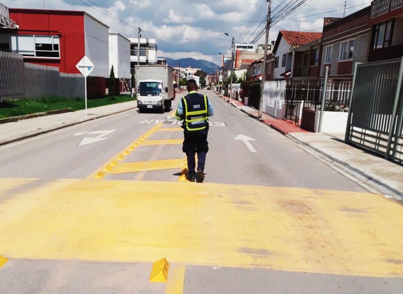 En distintas vías de la ciudad se adelantan operativos para solicitar documentos y verificar el uso de cintas retrorreflectivas en carros de carga.