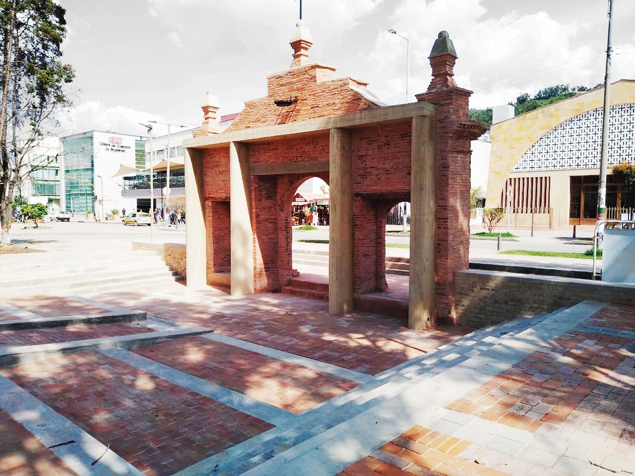 Este portal hacía parte del antiguo cementerio de Sogamoso. Fue construido entre 1857 y 1864