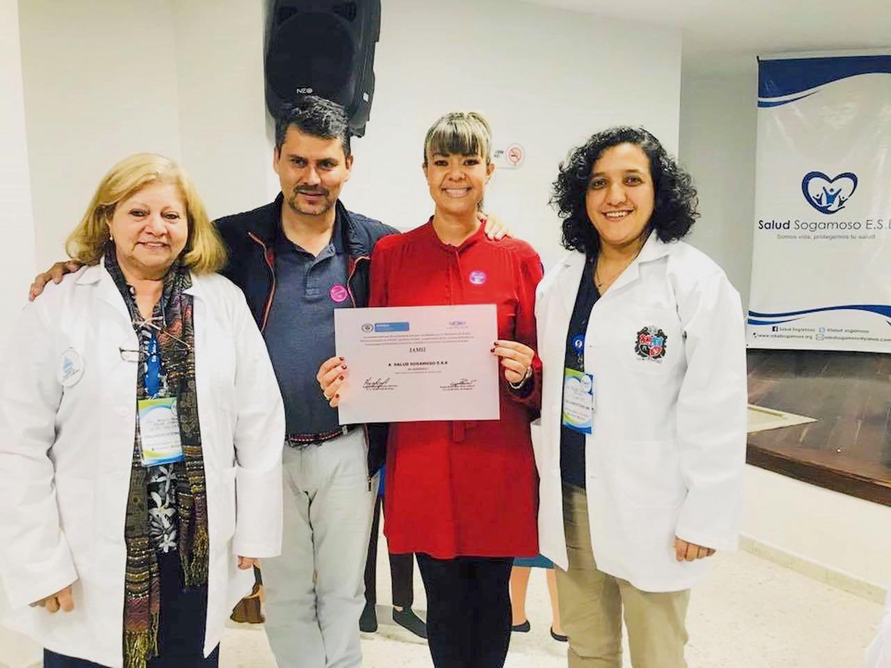 La gerente de Salud Sogamoso, Diana Catalina Delgado Jiménez; el alcalde de la ciudad, Jorge Mayorga, y las evaluadoras de la Iamii.