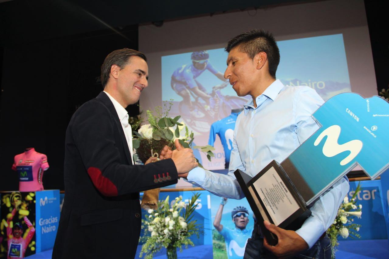Directivos de Movistar le entregaron una placa a Nairo.