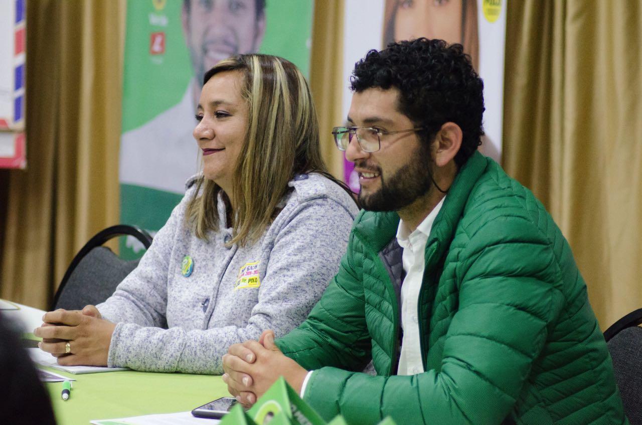 El alcalde electo de Paipa, Fabio Alberto Medrano Reyes, dialoga con la sicóloga Ingrid Margarita Galán, quien hará parte de su nómina de colaboradores como la nueva secretaria de Salud de la Capital Turística.
