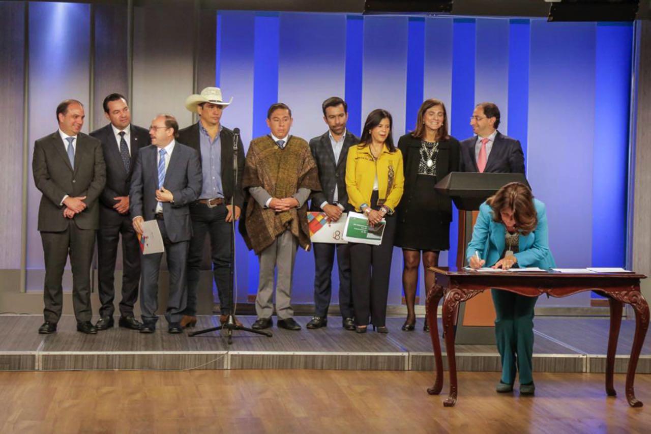 El pasado 26 de junio en Bogotá los gobernadores y la Vicepresidenta firmaron el Pacto Bicentenario.