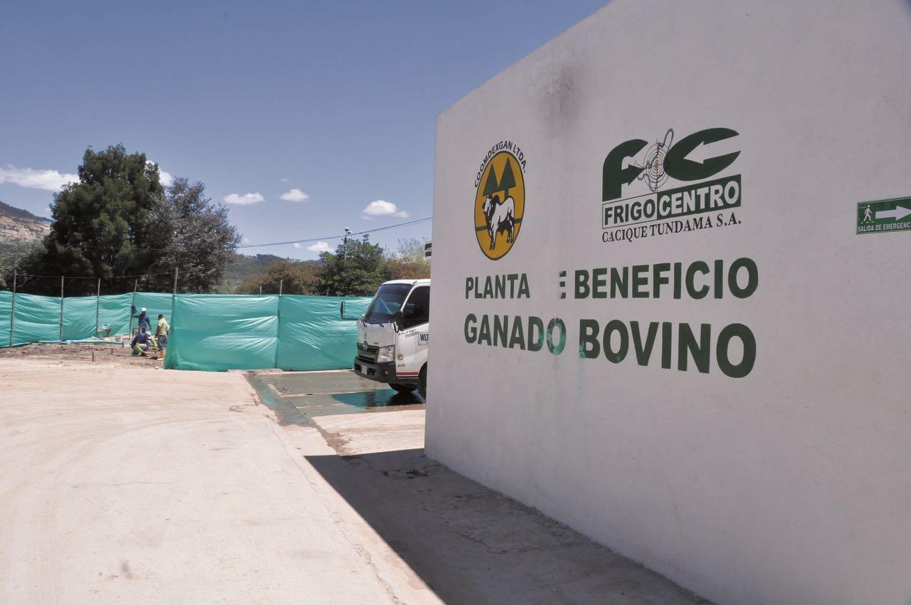 Ayer se dio inicio a la excavación para construir los tres espacios para los cuartos fríos que tendrá la planta de beneficio animal en Duitama. Foto: Gerson Flórez