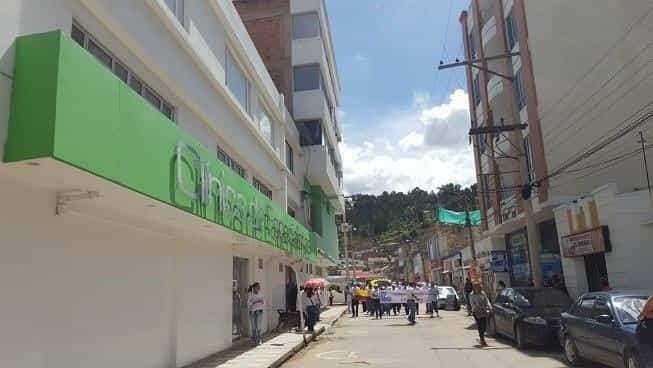 El doctor Carlos Alberto Camacho se desempeña como gastroenterólogo de la Clínica de Especialistas de Sogamoso.