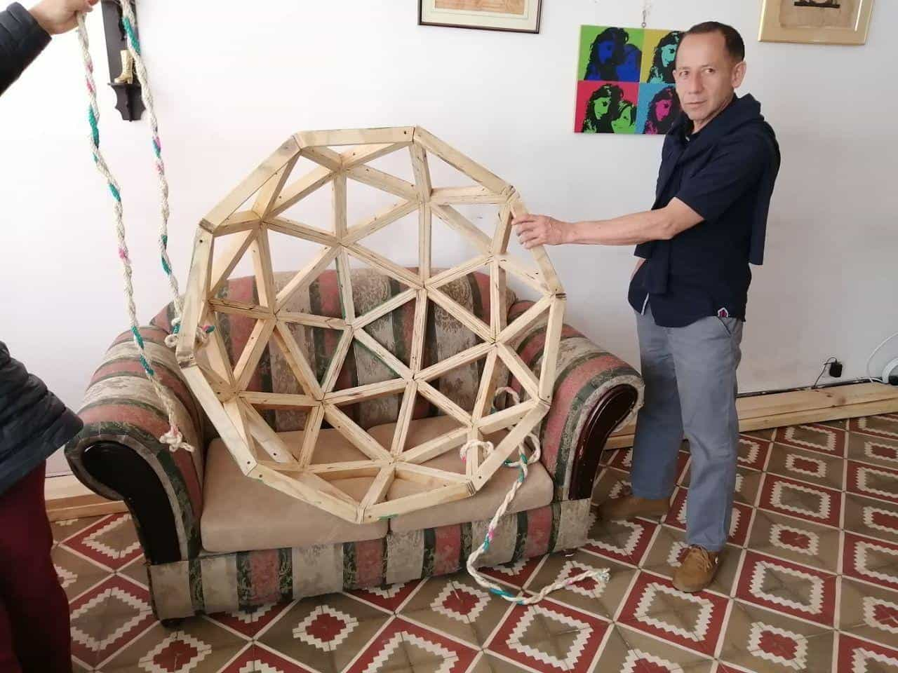Aquí Javier con el modelo de domo-geodésico para su proyecto turístico en Boyacá. Foto: Archivo Particular