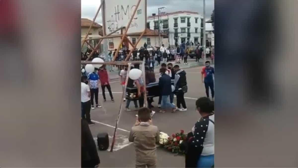 En el video se puede observar cómo un grupo de jóvenes violando todos los protocolos de salubridad y hasta de sentido común ubican el ataúd al lado del arco sur de la cancha, para simular un partido.