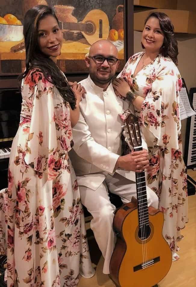 El Dueto femenino acompañado por la guitarra del maestro Francisco Cristancho. Fotografía - Archivo particular