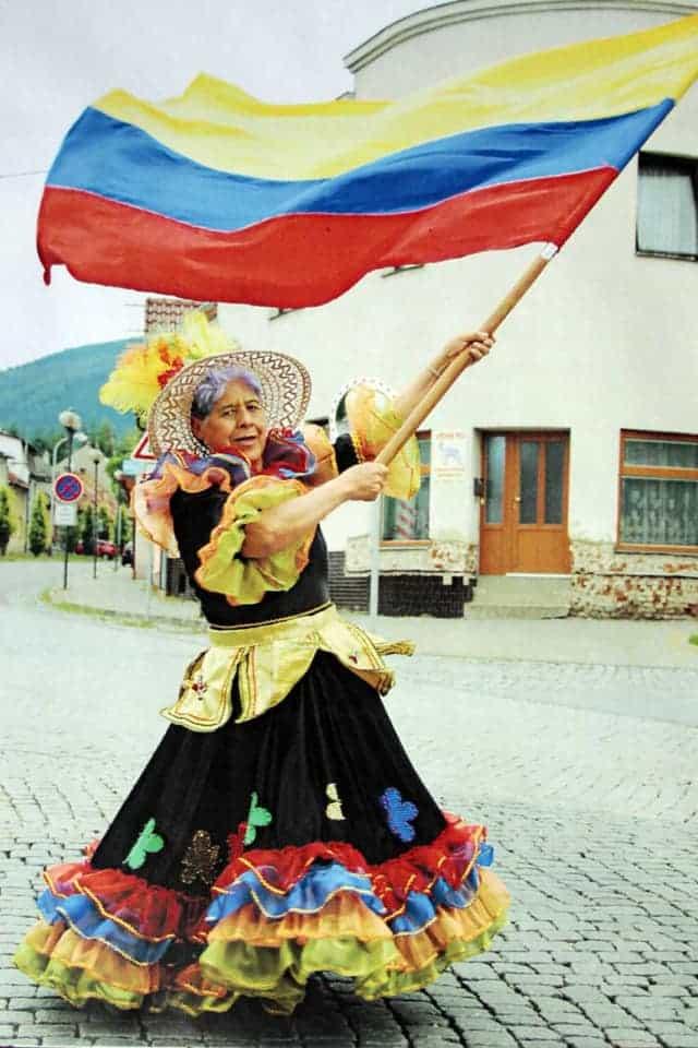 La maestra Felisa Hurtado de Manrique empuña con orgullo el tricolor de la patria por calles europeas. Fotografía -   Archivo particular.