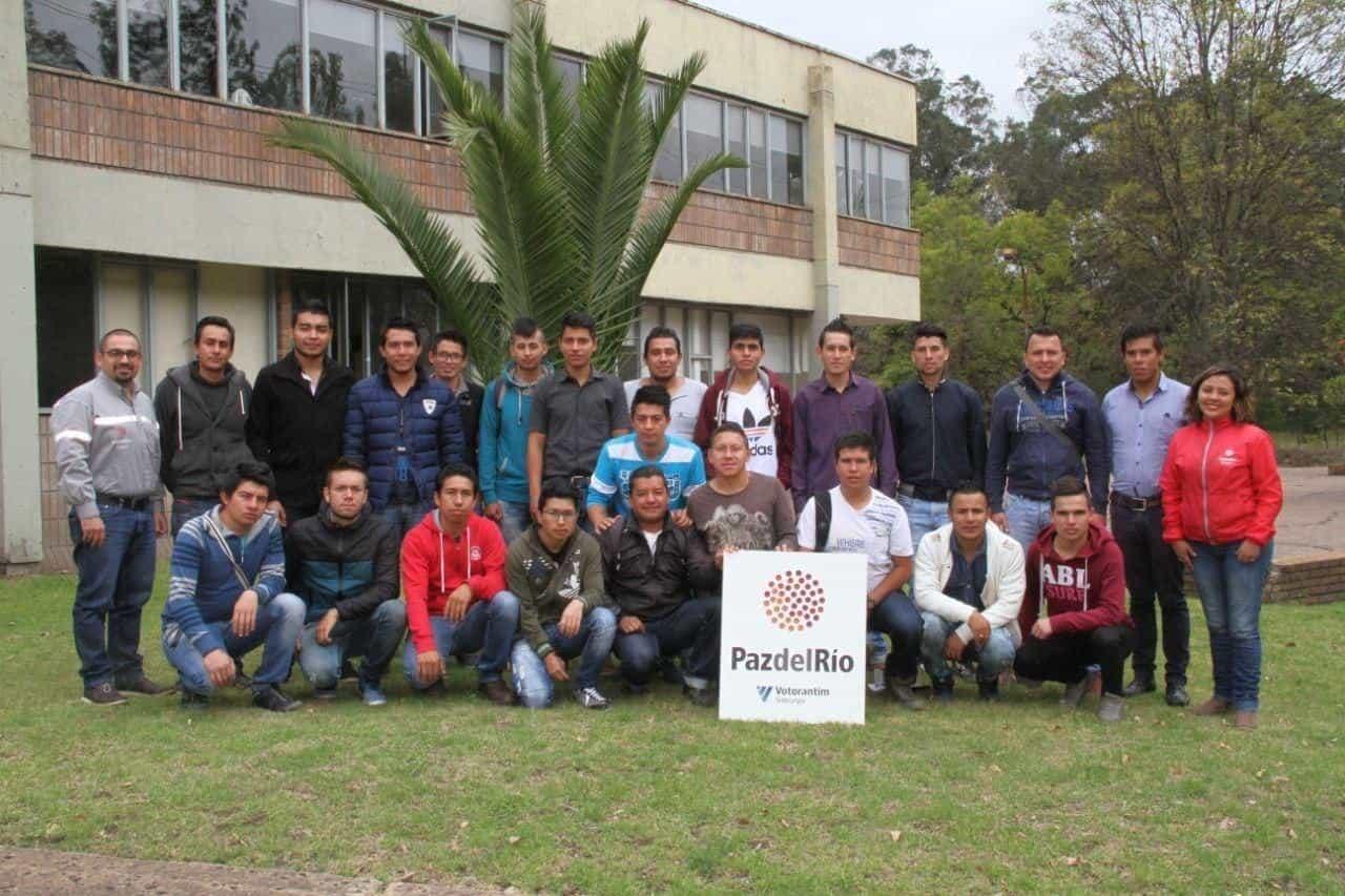 Grupo de jóvenes que se ha beneficiado de los cursos cerrados de formación técnica y tecnológica de PazdelRío. Foto: archivo particular