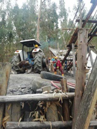 Atención: Acaban de hallar tres cadáveres dentro de la mina en la que desde hace ocho días habían quedado atrapados cuatro trabajadores. 2