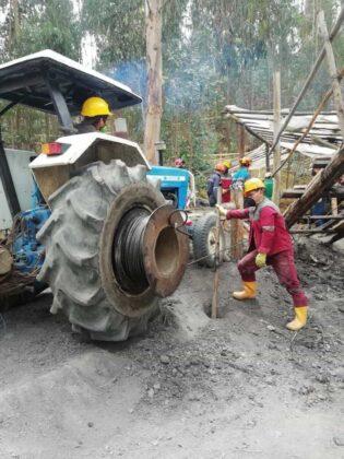 Atención: Acaban de hallar tres cadáveres dentro de la mina en la que desde hace ocho días habían quedado atrapados cuatro trabajadores. 3