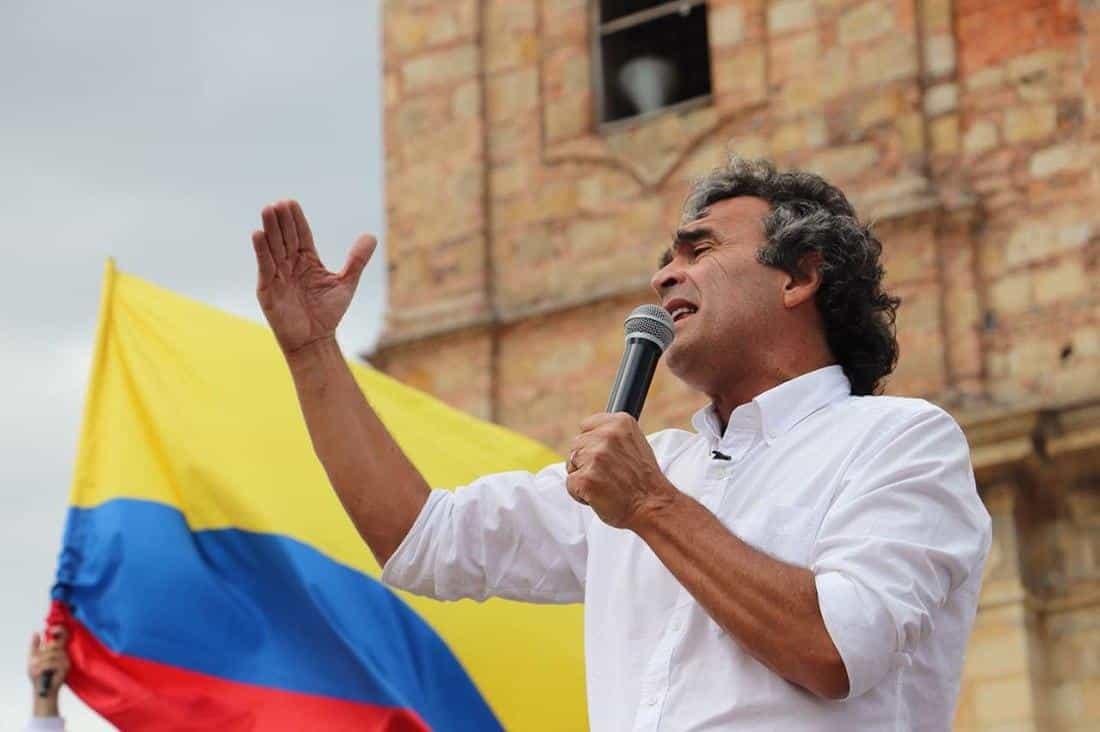 El profesor Fajardo, como lo conocen, dice que Colombia no puede seguir enfrascada en un debate tan dañino en torno a Álvaro Uribe y Gustavo Petro.
