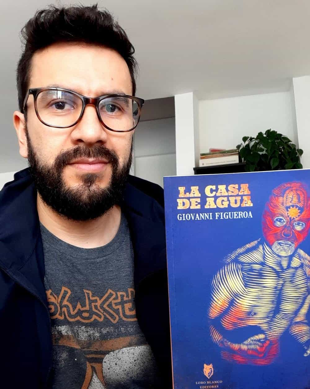 El periodista y escritor sogamoseño Giovanni Figueroa con su nueva obra, la novela 'La casa de agua'. Foto: archivo particular