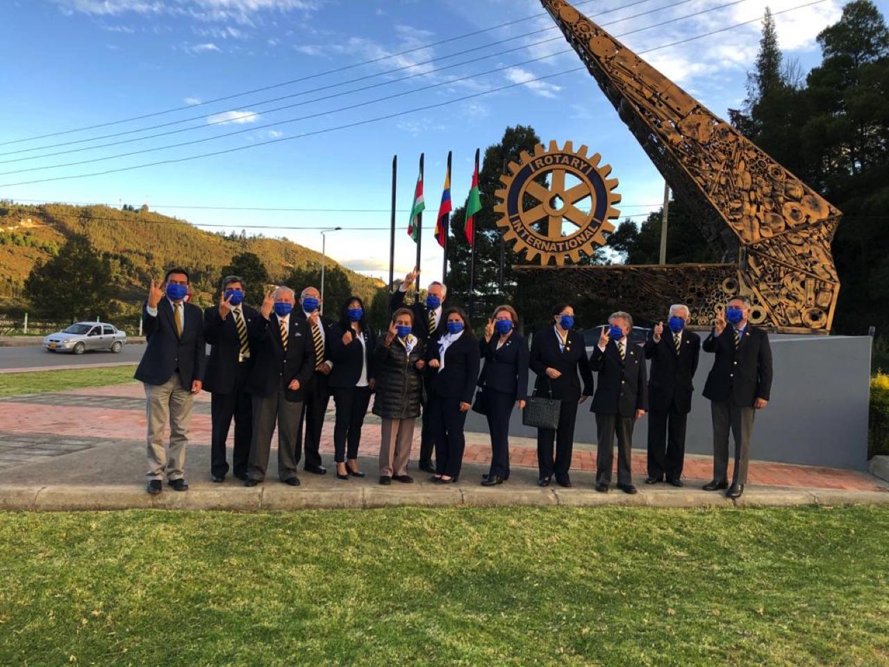 Los integrantes del Club Rotario de Paipa en el monumento al Rotarismo ubicado en el sector hotelero de ese municipio. Fotografía - Archivo particular