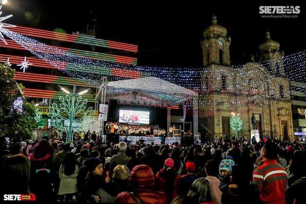 En los últimos 18 años la plaza Los Libertadores de Duitama se ha engalanado con luces multicolores. Foto: Luis Lizarazo / archivo Boyacá Siete Días.