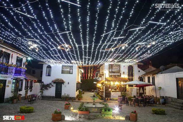 La arquitectura de esta réplica de las poblaciones de Boyacá tenía mayor realce con las luces navideñas. Foto: Luis Lizarazo / archivo Boyacá Siete Días.