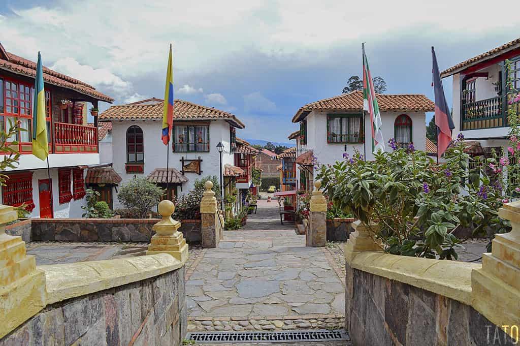 El día también es cómplice para admirar la arquitectura y las réplicas de los pueblos más lindos de Boyacá, representados en Pueblito Boyacense