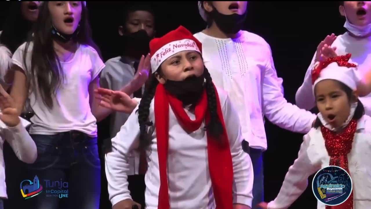 Los niños se unieron en emotivas interpretaciones para cantarle a la navidad en la noche velitas y el encuentro coral.