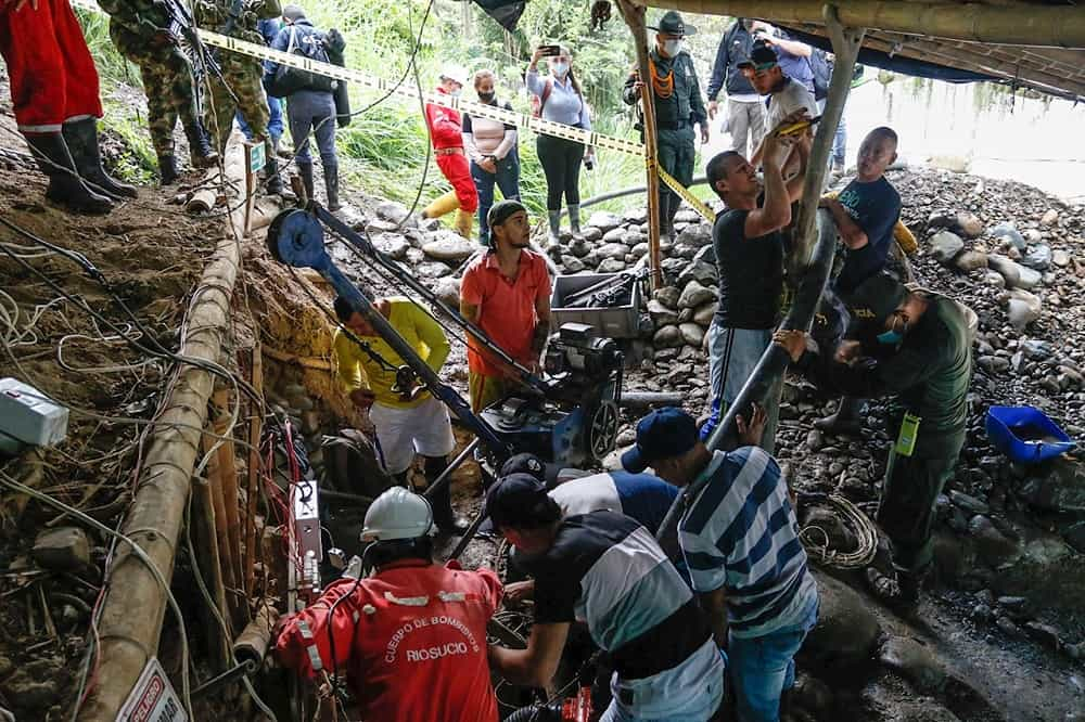 Continúan las labores de búsqueda para rescatar a 11 mineros atrapados en Neira, Caldas 1
