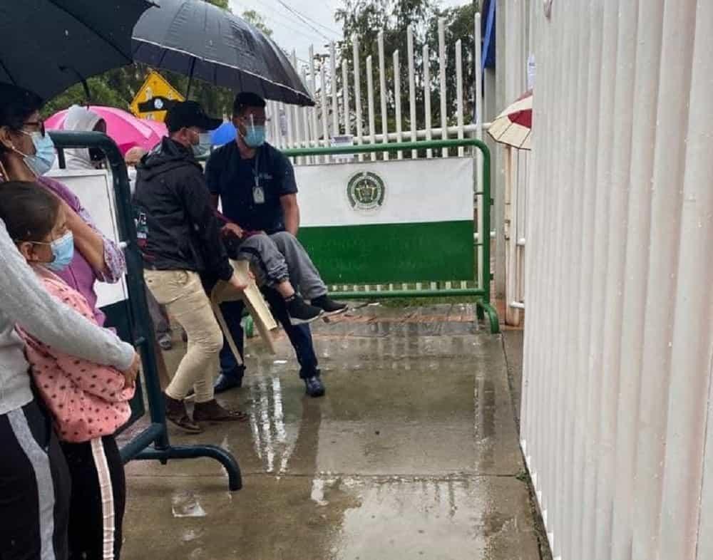 Adultos mayores en Duitama tuvieron que ir a vacunarse en pleno aguacero #Tolditos7días 1