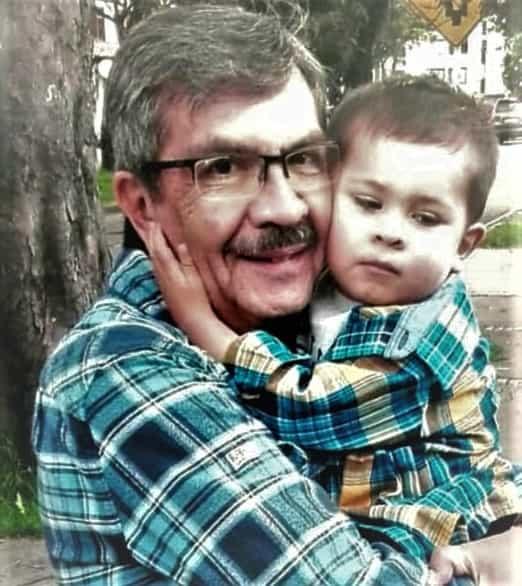 Fabio Becerra Ruiz, el célebre hombre de la radio y la televisión colombiana, junto a su nieto Lucas. Fotografía - Archivo particular.