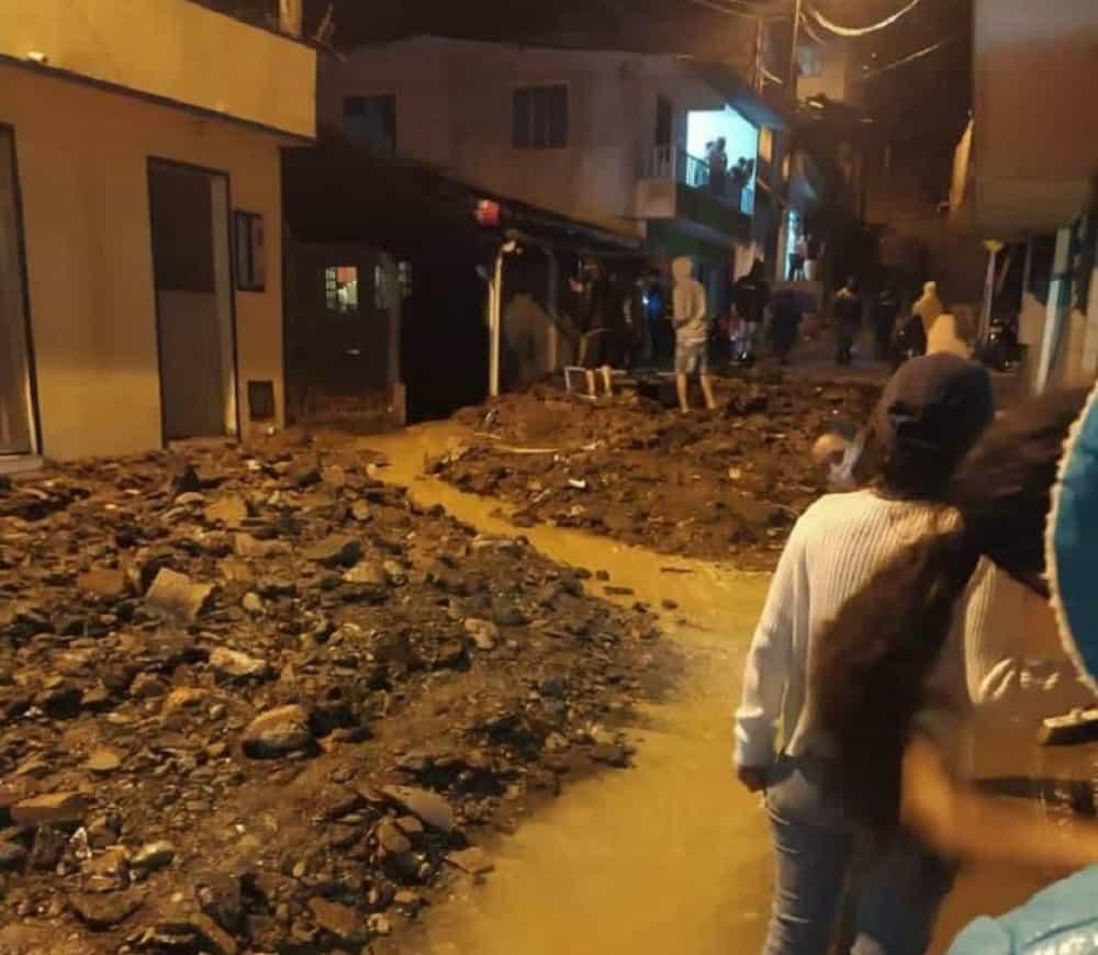 Grave emergencia en Quípama por fuertes lluvias que hicieron colapsar el alcantarillado 1