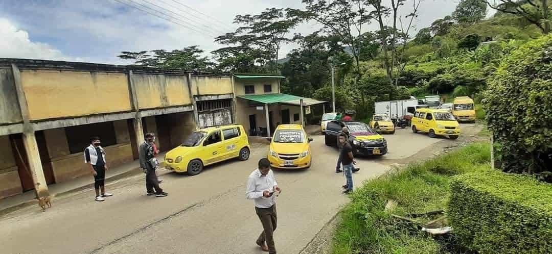 Taxistas y volqueteros protestan con bloqueos por el mal estado de la vía, que de Garagoa conduce al municipio de Tibaná 1