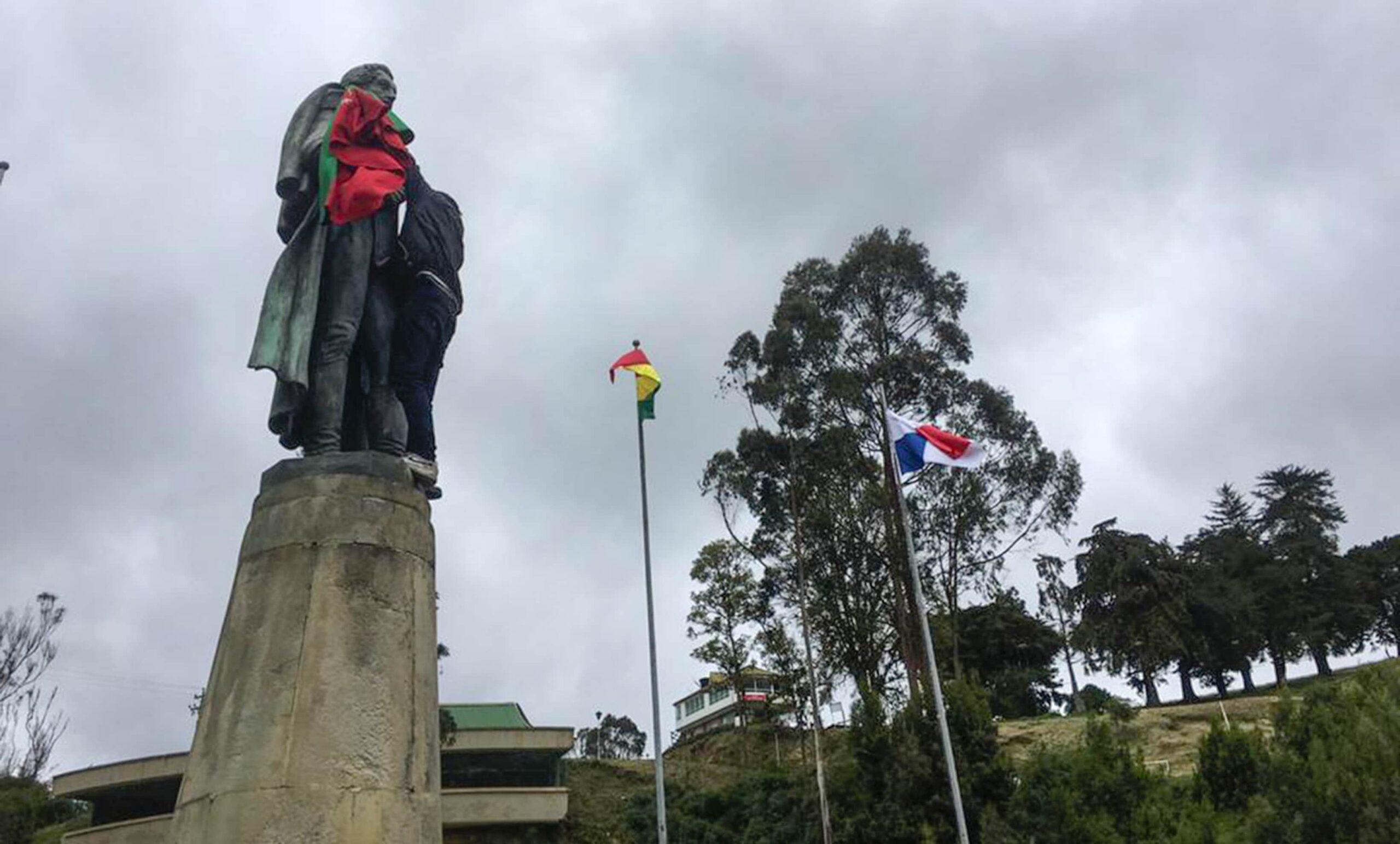 El video viral de un guía turístico enfrentándose a universitarios y la minga indígena para proteger un monumento del Puente de Boyacá 2