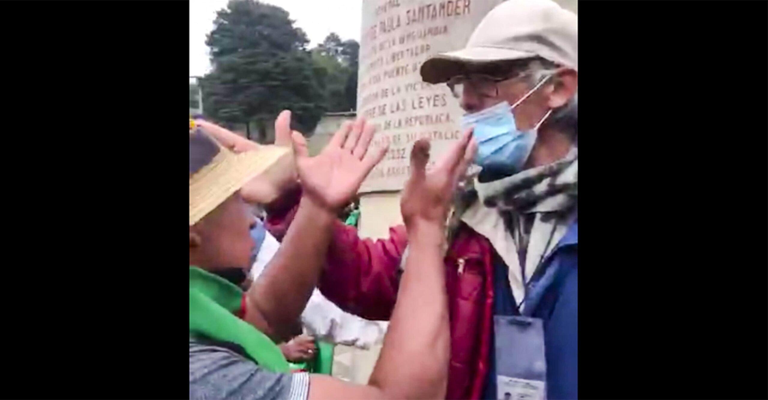 El video viral de un guía turístico enfrentándose a universitarios y la minga indígena para proteger un monumento del Puente de Boyacá 1