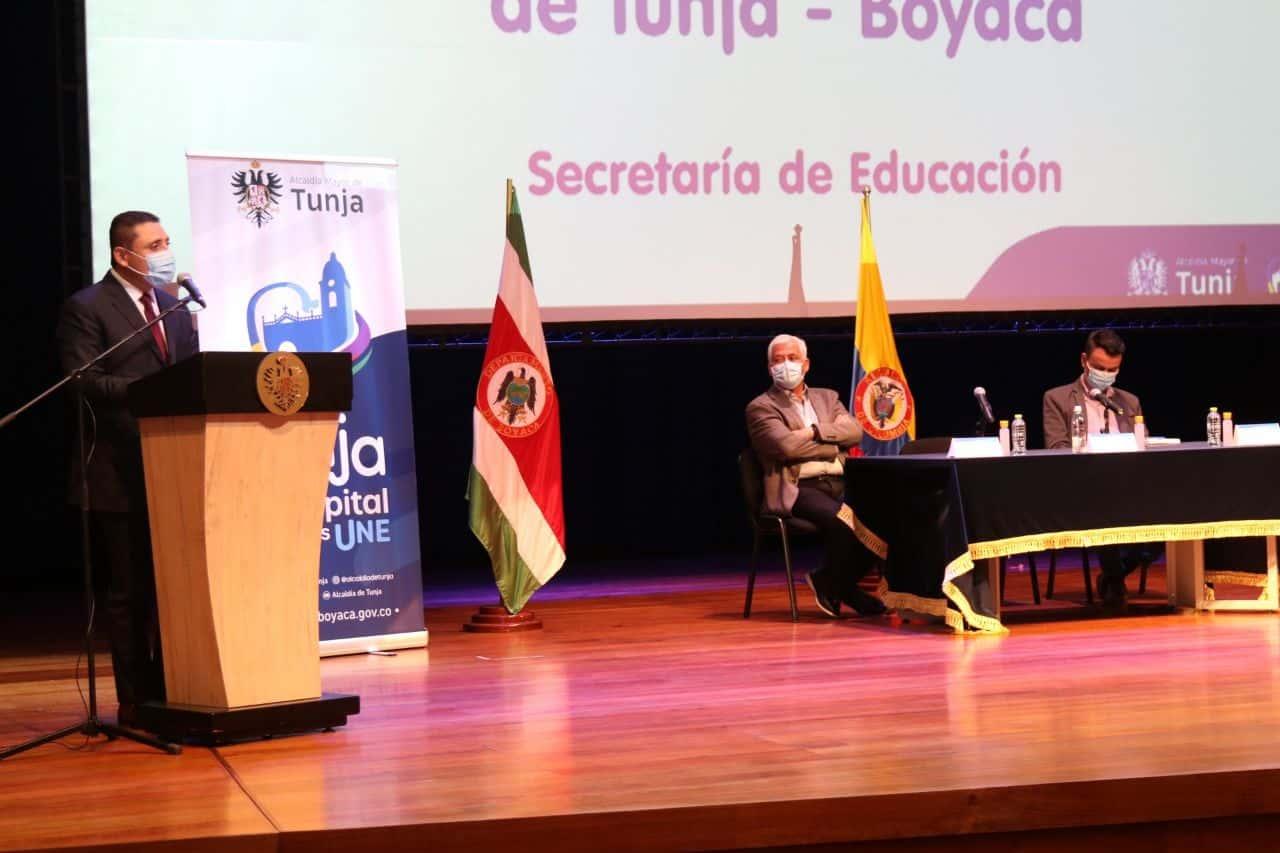 Con la presencia del Rector de la Uptc, estudiantes y directivos del alma mater, el alcalde de Tunja, Alejandro Fúneme, y su gabinete municipal entregaron la noticia de las becas.