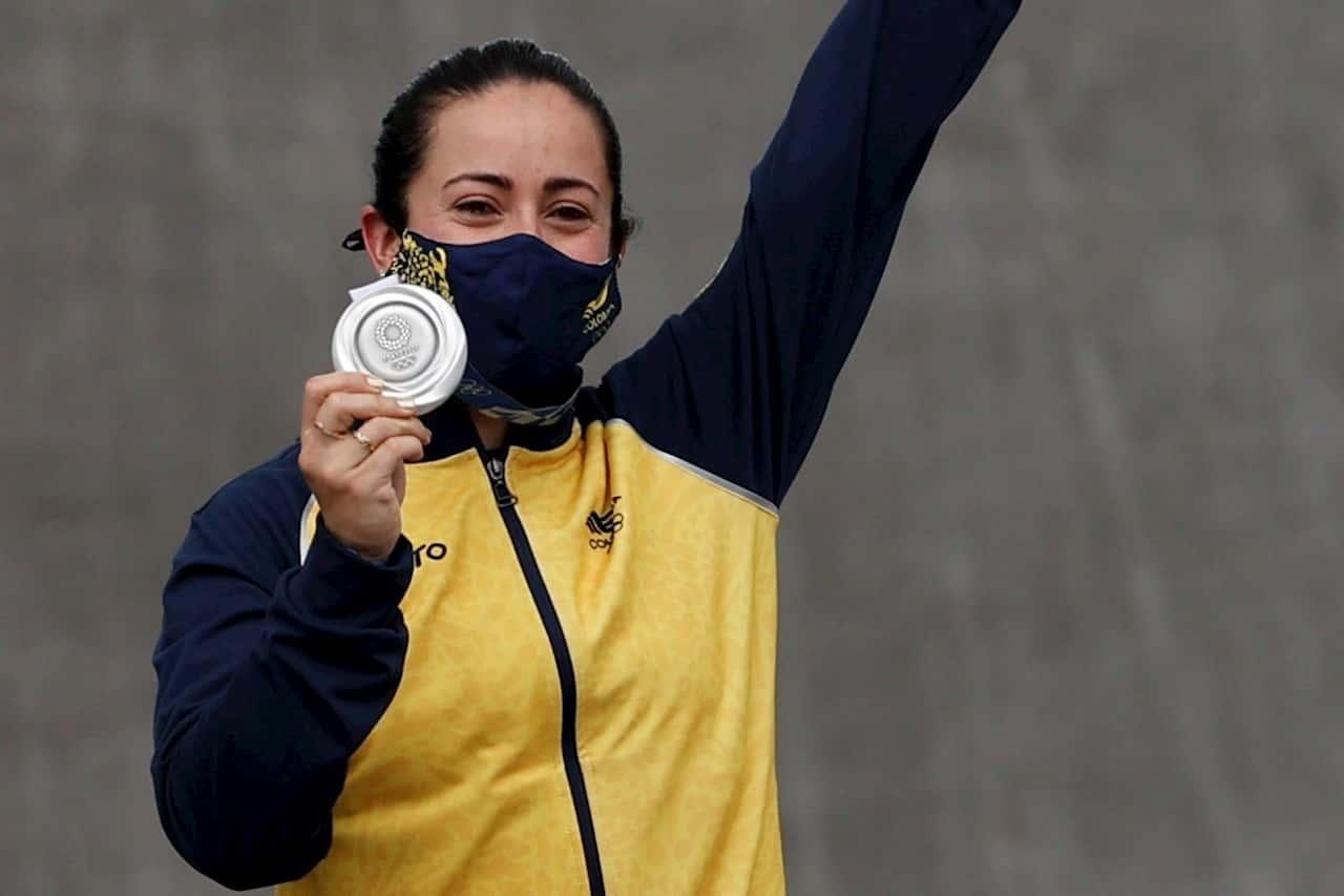EVE4356. TOKIO (JAPÓN), 30/07/2021.- Mariana Pajón de Colombia posa con la medalla de plata femenina del BMX en los Juegos Olímpicos 2020, este viernes en el Parque Deportivo Urbano de Ariake en Tokio (Japón). EFE/ José Méndez