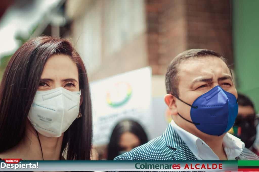 Junto a su esposa María Catalina Parra y un nutrido grupo de seguidores, Andrés Mauricio Colmenares Uribe, inscribió su candidatura a alcaldía de Duitama.