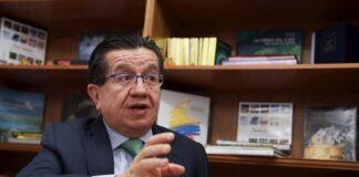 El ministro de Salud de Colombia, Fernando Ruiz Gómez, habla en entrevista con Efe hoy, en la embajada de Colombia en Washington (EE.UU.). EFE/ Lenin Nolly
