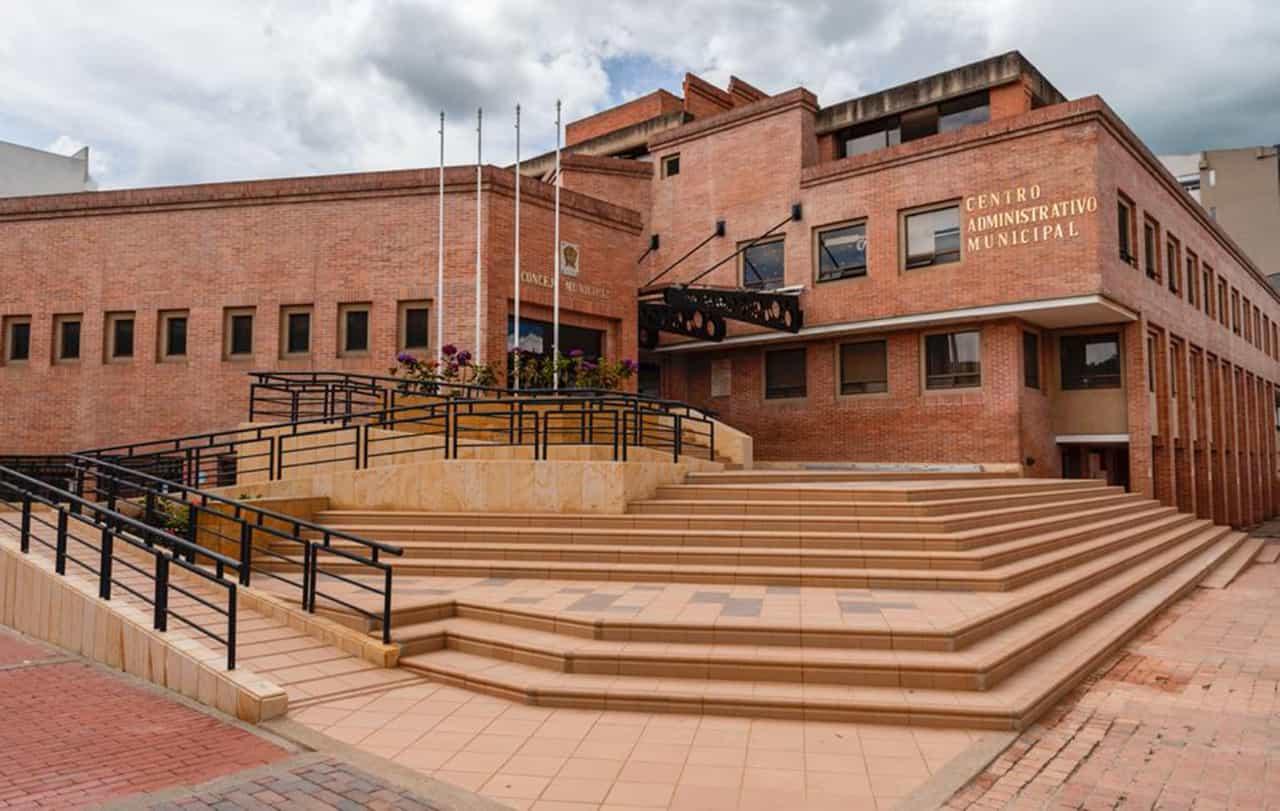 El edificio administrativo que se terminó de construir en 1993 está ubicado en el marco del parque Julio Flores, en la carrera octava con calle 17.