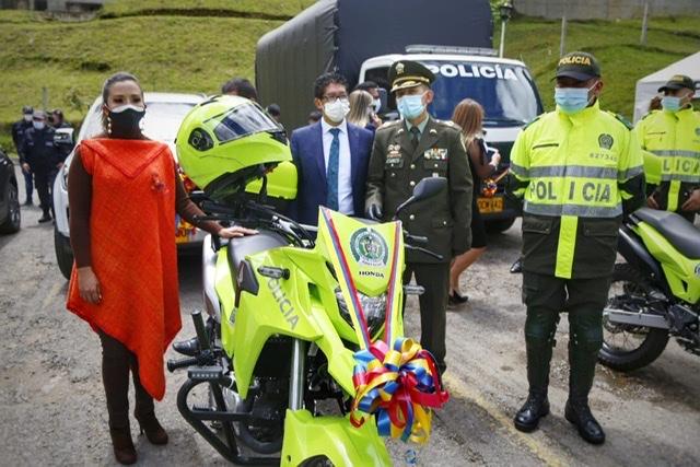 La Policía de Boyacá y la Metropolitana de Tunja recibieron motocicletas con sus respectivos equipos de seguridad. Foto: Yanneth Fracica