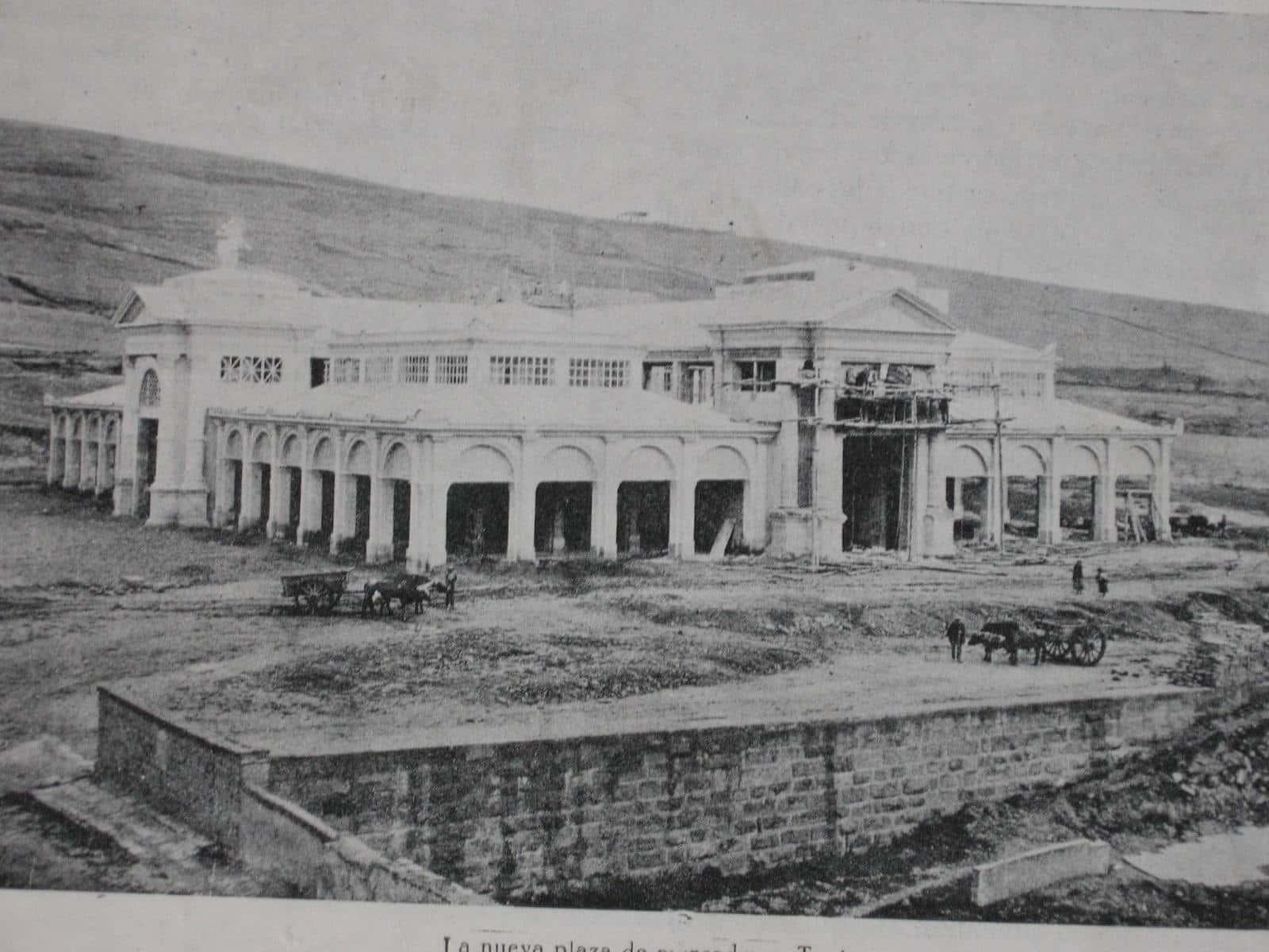 Esta foto corresponde a la construcción de la Plaza de mercado en 1918, hoy el lugar es conocido como Plaza Real. Foto: Archivo Digital de Tunja.