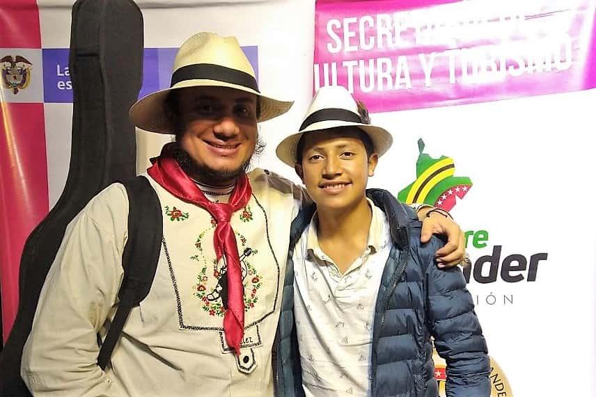 Juan David Santos de Belén Boyacá, junto a su maestro Camilo Cifuentes. Fotografía Archivo particular