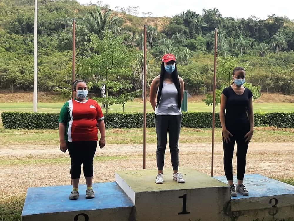 La tunjana Mariana Morales, de 17 años de edad (centro), ganó medalla de oro en la Válida Nacional de Fosa Olímpica y Trap Automático.  Foto: archivo particular